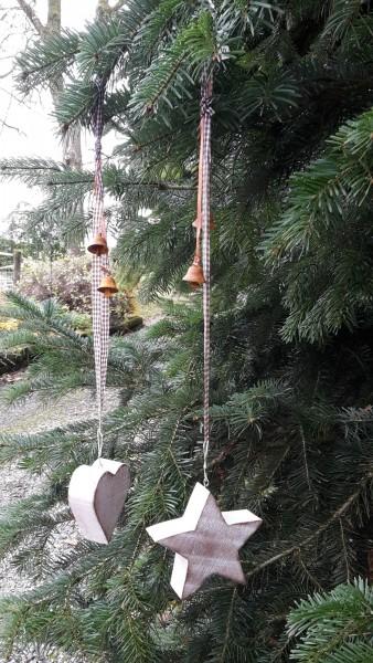 Holzherz- und Stern mit Glöckchen und karierter Schleife